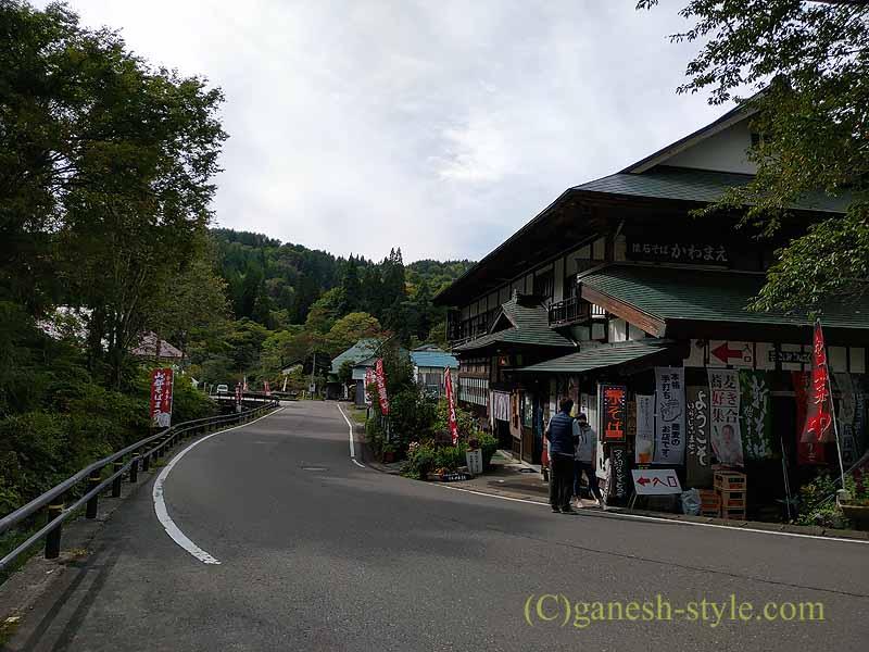福島県北会津の宮古にある絶品の蕎麦店、かわまえのある国道