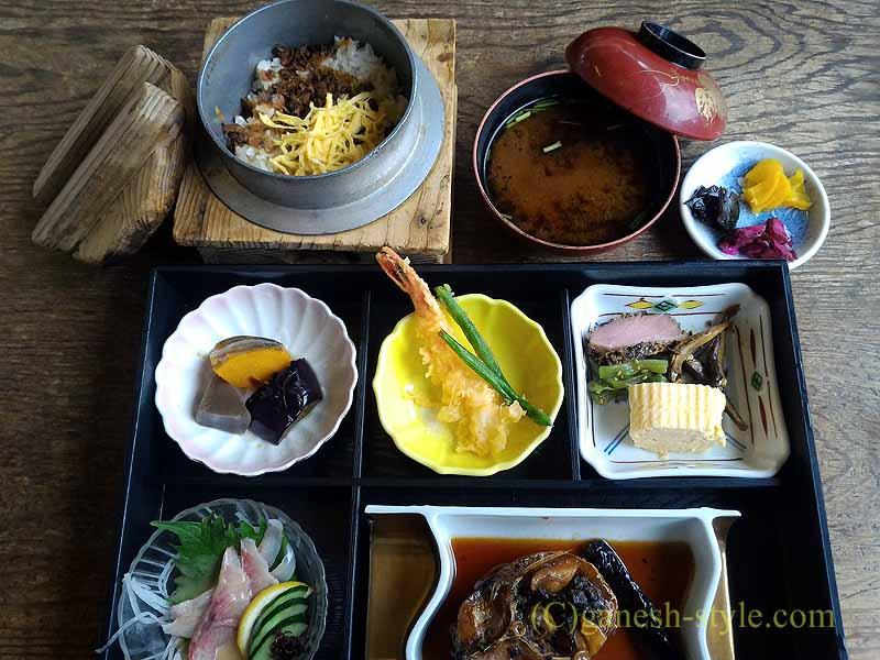 滋賀県大津市の瀬田川のしじみや魚料理の店、石柳の瀬田川定食全景