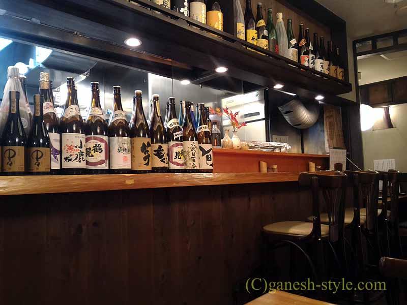 新宿の四谷荒木町にある焼き鳥居酒屋「鶏ひで」の店内
