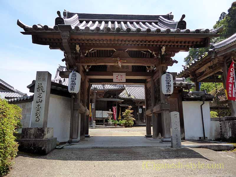 高野山にある日本最古の眼病平癒所、釜滝薬師金剛寺の山門