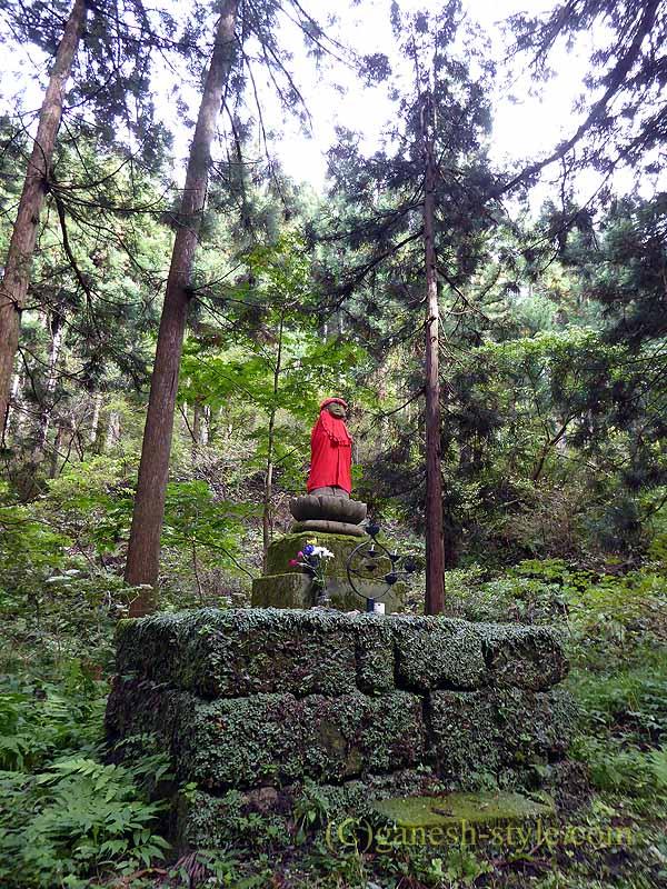 新潟県五泉市にある古刹、滝谷慈光寺の参道の石仏