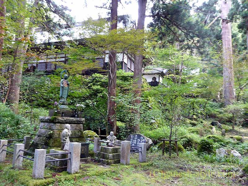 新潟県五泉市にある滝谷慈光寺の参道から見た寺院