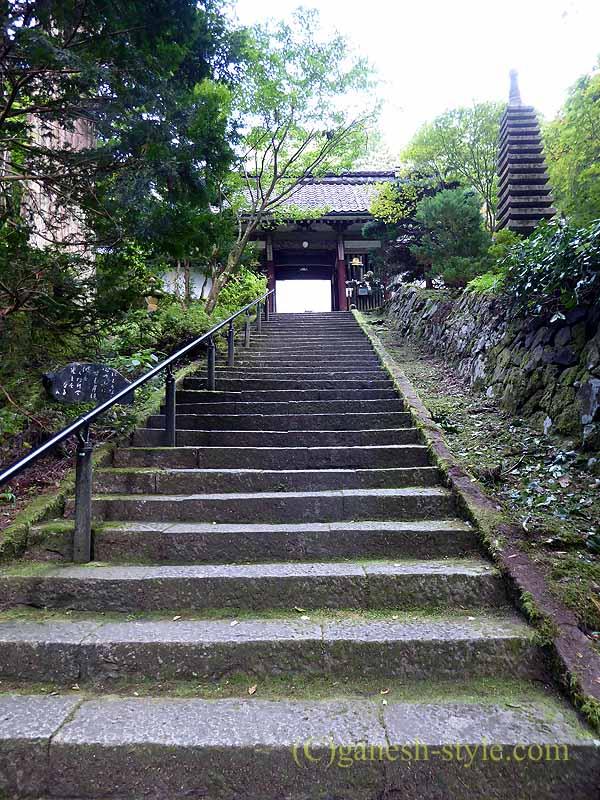 新潟県五泉市にある滝谷慈光寺の参道から寺院への石段