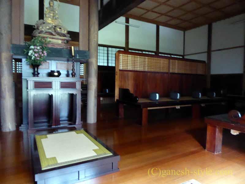 新潟県五泉市にある滝谷慈光寺の坐禅堂内部