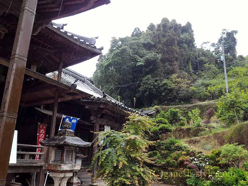 高野山にある日本最古の眼病平癒所、釜滝薬師金剛寺の脇の山