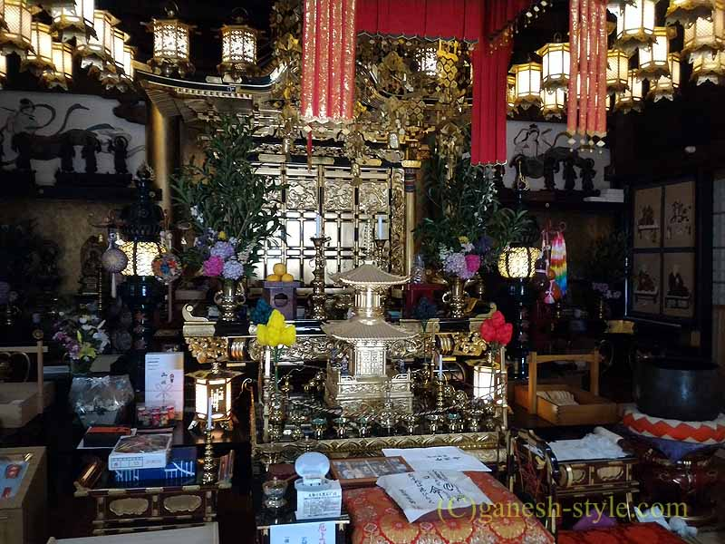高野山にある日本最古の眼病平癒所、釜滝薬師金剛寺の本堂内部