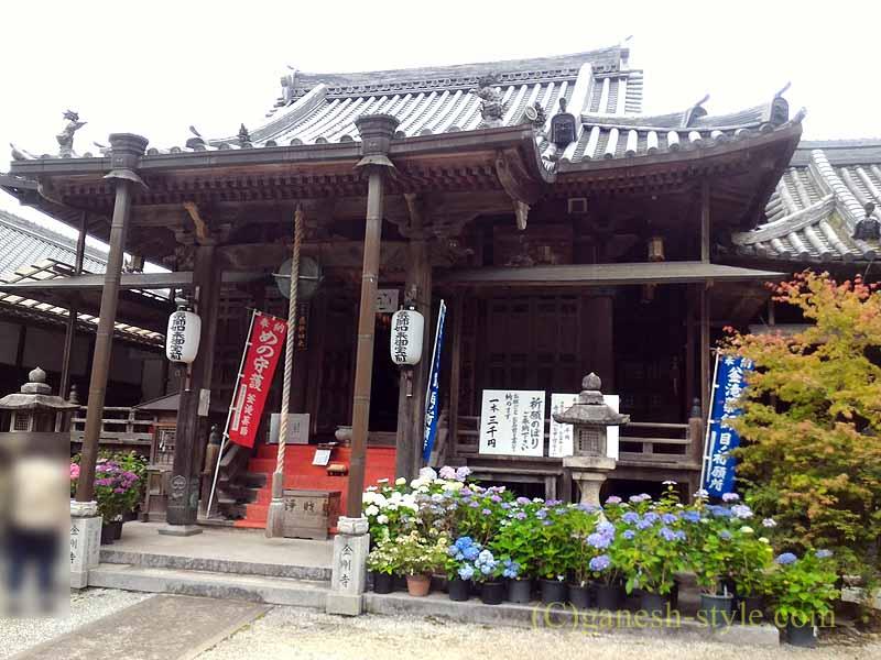 高野山にある日本最古の眼病平癒所、釜滝薬師金剛寺の本堂正面