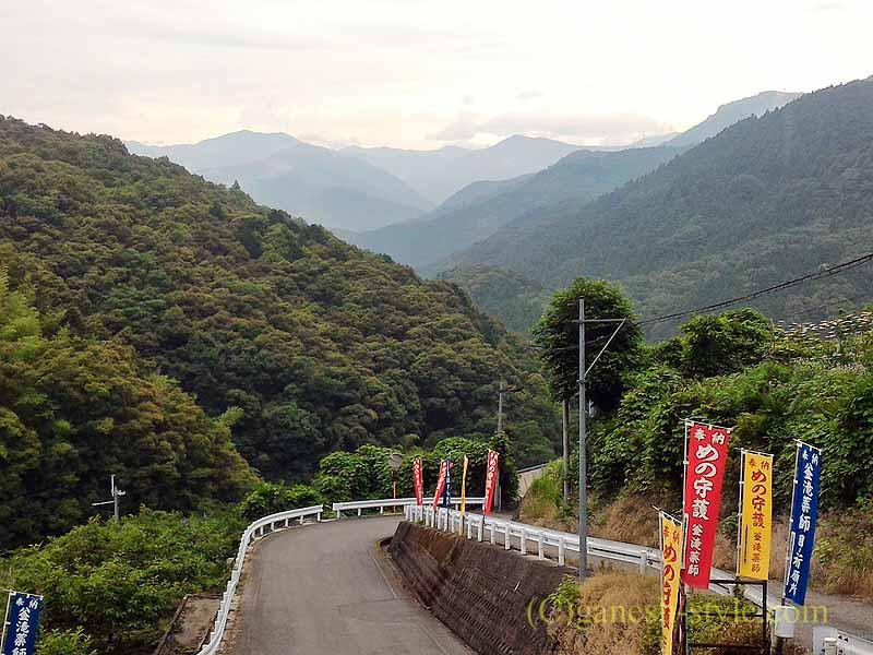 高野山にある日本最古の眼病平癒所、釜滝薬師金剛寺入口からの風景