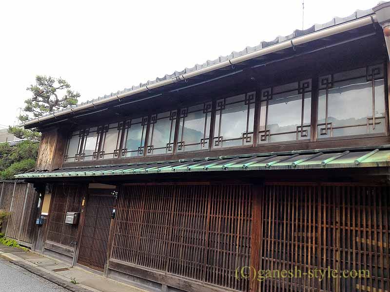 滋賀県近江八幡市の新町通りの窓枠が美しい家