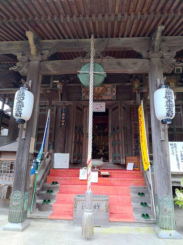 高野山にある日本最古の眼病平癒所、釜滝薬師金剛寺の本堂内部への階段