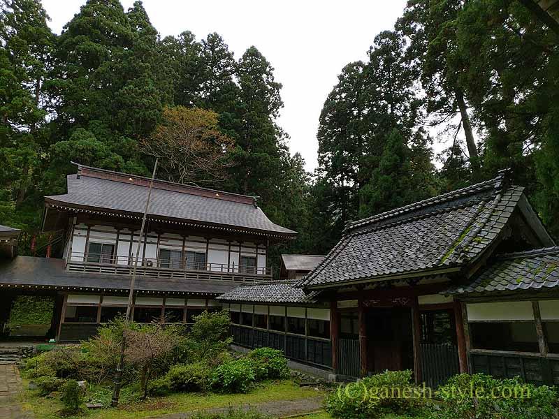 新潟県五泉市にある滝谷慈光寺の浴司と山門、回廊