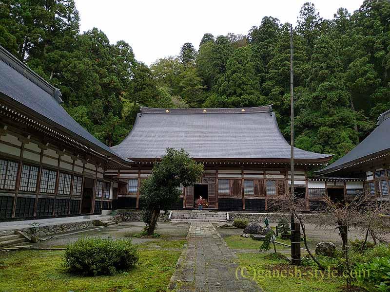 新潟県五泉市にある滝谷慈光寺の山門からの概観