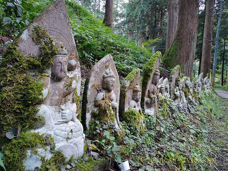 新潟県五泉市にある古刹、滝谷慈光寺の参道の地蔵