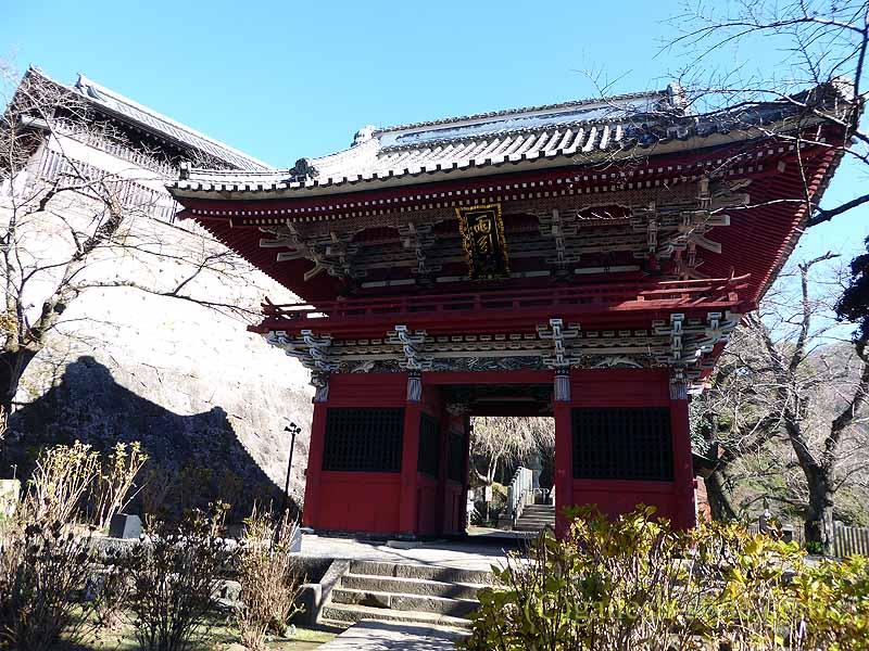 茨城県桜川市の雨引山腹に建つ雨引観音の山門