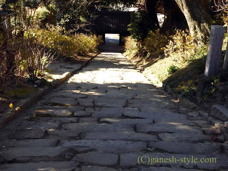 茨城県桜川市の雨引山腹に建つ雨引観音の石段