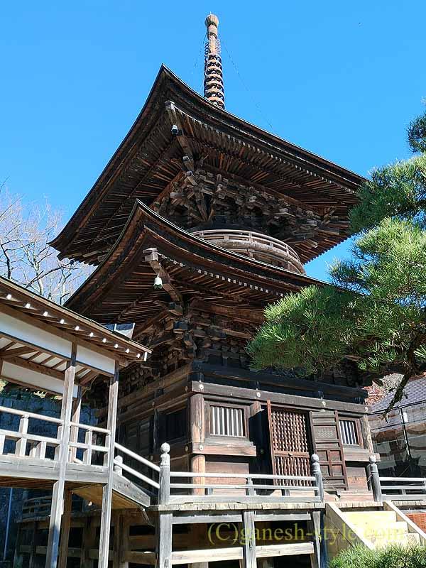茨城県桜川市の雨引山腹に建つ雨引観音の多宝塔