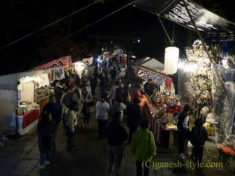 東京足立区にある大鷲神社の酉の市期間中の夜の参道