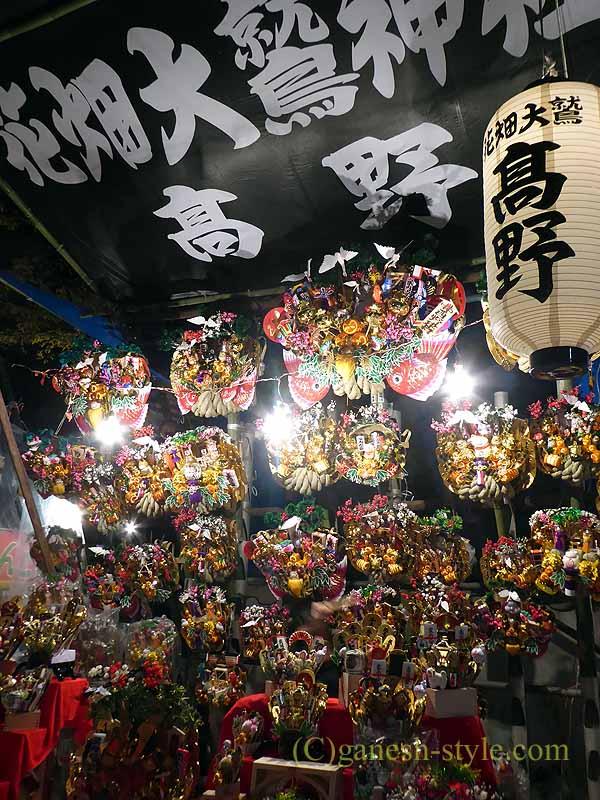 東京足立区にある大鷲神社の酉の市期間中の熊手を売る店