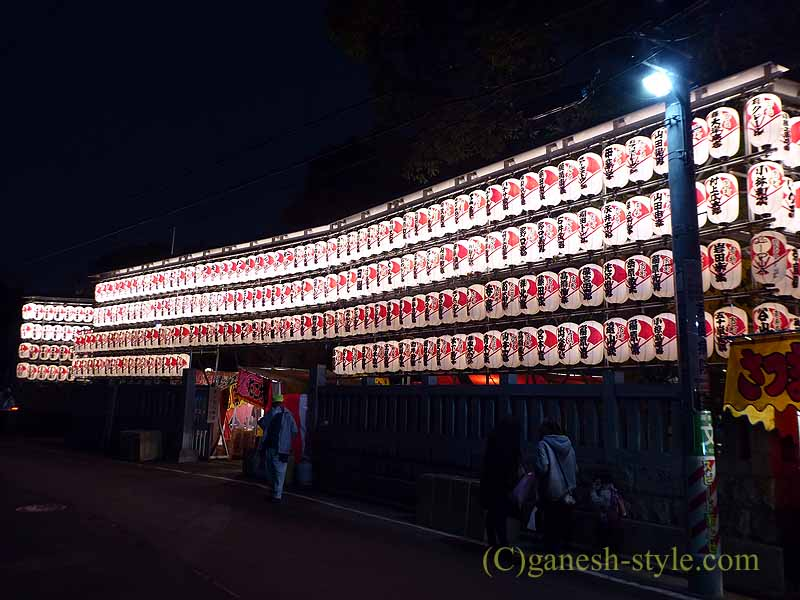 東京足立区にある大鷲神社の酉の市期間中の提灯