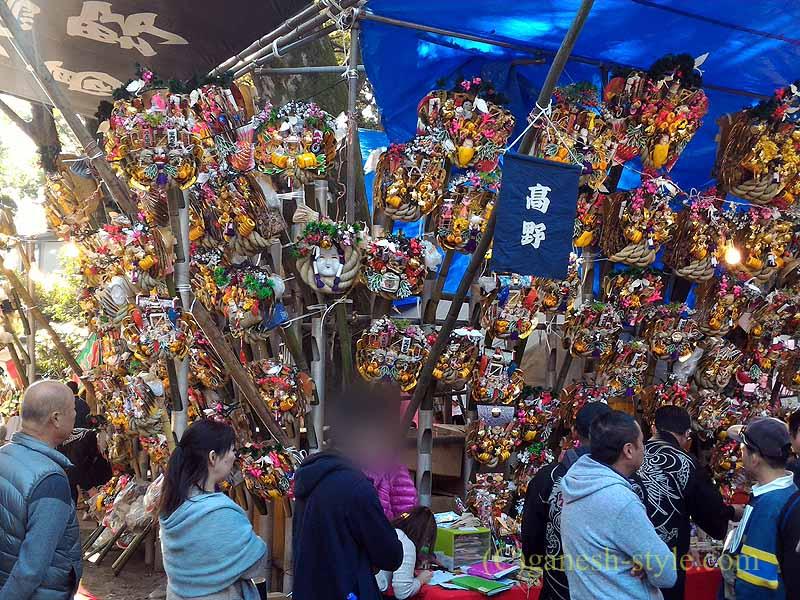 東京足立区にある大鷲神社の酉の市期間中の熊手を売る店の列