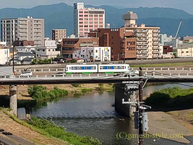 福井市にあるホテルリバージュアケボノの客室から見た市電