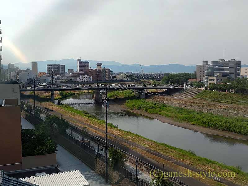 福井市にあるホテルリバージュアケボノの客室から見た足羽山